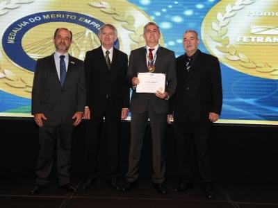 Diretor do Transcares recebe a Medalha do Mérito Empresarial Fetransportes