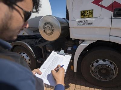 Cerca de 500 mil caminhoneiros precisam se recadastrar no RNTRC