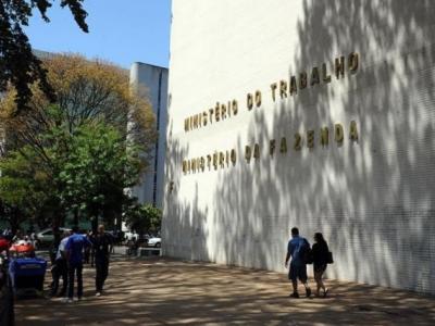 Bolsonaro edita MP que recria Ministério do Trabalho