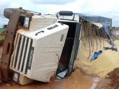 Caminhões voltam a trafegar em um sentido da BR-163, no Pará